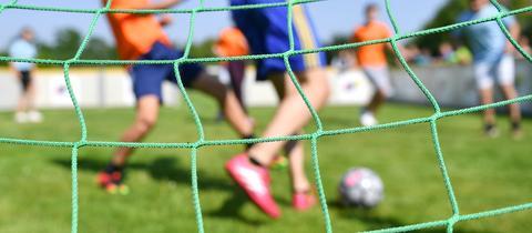 Kinder beim Fußball spielen