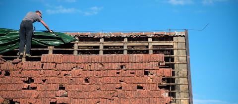 Ein vom Sturm abgedecktes Dach