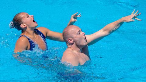 Niklas Stoepel aus Bochum ist der einzige Synchronschwimmer in Deutschland.
