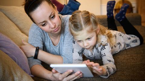 Frau und Kind mit Tablet