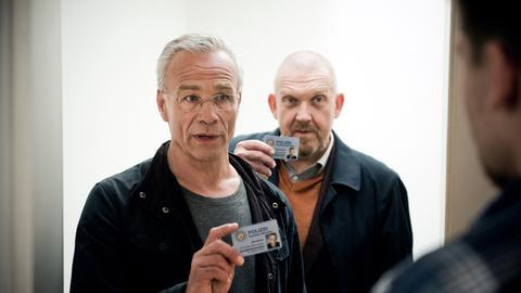 Die Kommissare Max Ballauf (Klaus J. Behrendt, l) und Freddy Schenk (Dietmar Bär, hinten)