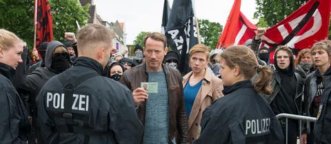 Die Ermittler Torsten Falke (Wotan Wilke Möhring) und Julia Grosz (Franziska Weisz) auf einer Demo.