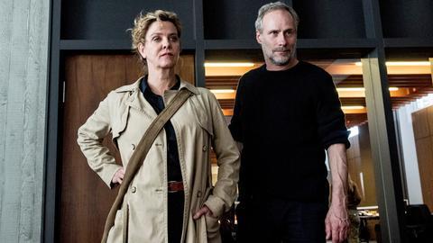 """Szene aus dem Frankfurter Tatort """"Unter Kriegern"""" mit Margarita Broich als Hauptkommissarin Anna Janneke und Wolfram Koch als ihr Kollege Paul Brix."""