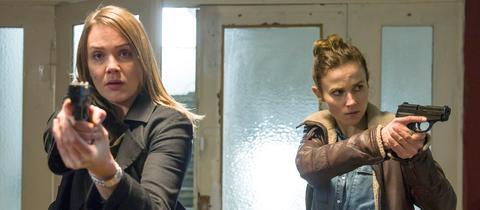 Die Ermittlerinnen Henni Sieland (Alwara Höfels) und Karin Gorniak (Karin Hanczewski) stürmen eine Wohnung.