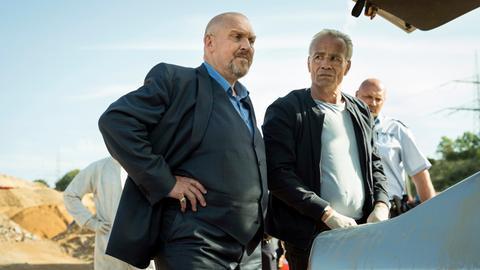 Die Kommissare Freddy Schenk und Max Ballauf am Fundort: Bei einer Tauchübung wurde ein versenkter Wagen gefunden – in seinem Kofferraum: ein Toter.