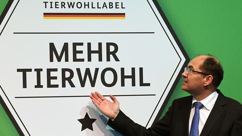 Der damalige Bundeslandwirtschaftsminister Christian Schmidt stellt Anfang 2017 das staatliche Label für mehr Tierwohl vor.