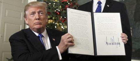 US-Präsident Donald Trump (l) hält eine Proklamation, in der er Jerusalem als die Hauptstadt Israels anerkennt, neben ihm steht Vizepräsident Mike Pence