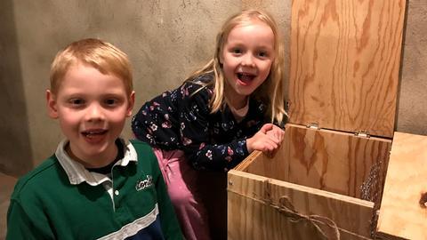 Umwelthelden Tilda und Benedikt haben eine Wurmkiste