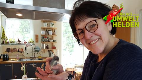 Anja aus Schmitten hält einen Vogel in der Hand
