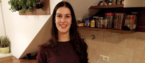 Umweltheldin Carolin (22) aus Dreieich hält ihren selbstgemachten Joghurt in der Hand.