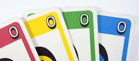 Vier Karten aus dem Kartenspiel UNO