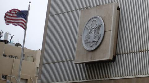 Die US-Flagge weht an der amerikanischen Botschaft in Tel Aviv