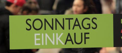 """Ein """"Sonntagseinkauf""""-Schild hängt am Eingang zu den Spandau Arcaden in Berlin."""