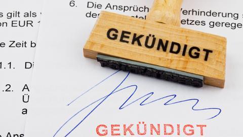 Holzstempel auf Dokument: Gekündigt
