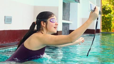 Mädchen macht ein Selfie im Schwimmbad