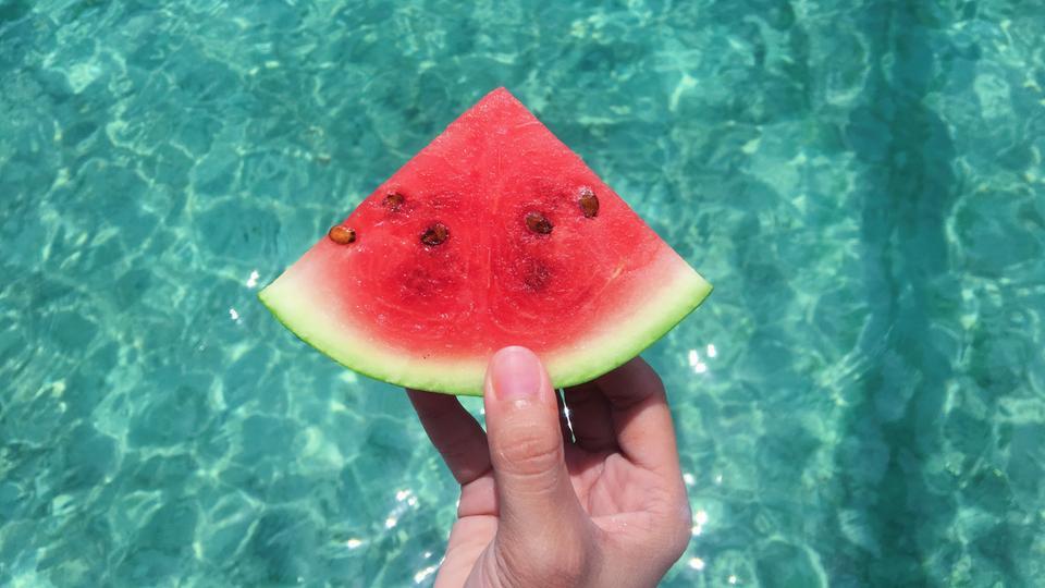 Eine Frau hält ein Stück Wassermelone
