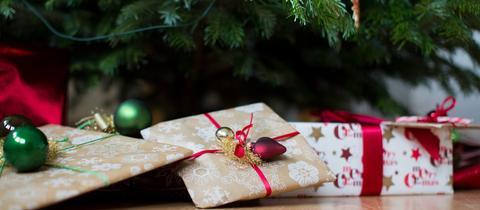 Geschenke liegen unter einem Weihnachtsbaum