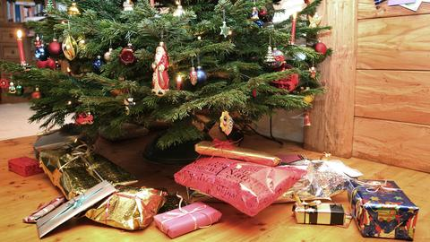 Geschenke liegen unter dem Weihnachtsbaum