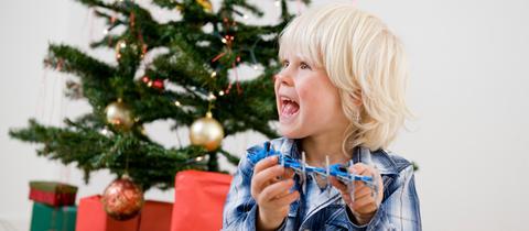 Ein Junge freut sich über sein Weihnachtsgeschenk