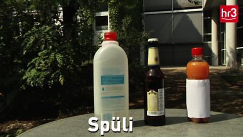 Materialien für Wespenfalle: Spüli, Saft, Bier und eine leere Flasche