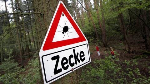 Ein Schild warnt vor Zecken