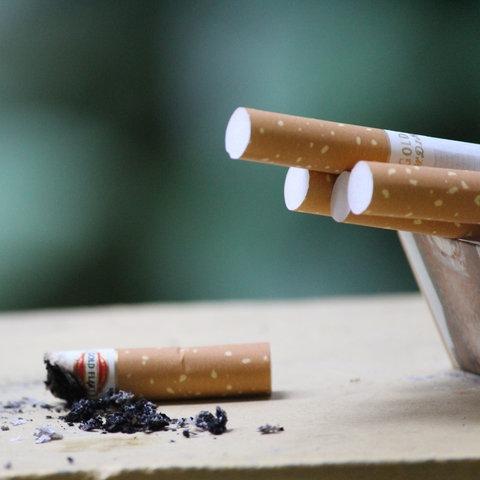 Eine abgebrannte Zigarette liegt auf dem Tisch